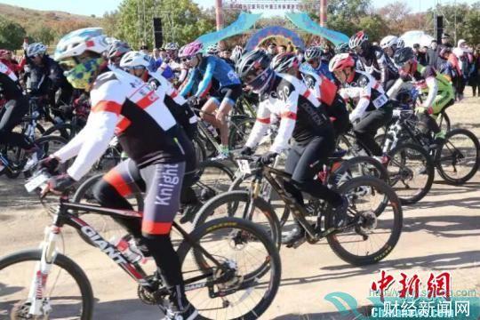 图为自行车比赛现场。国建军摄 张玮 摄
