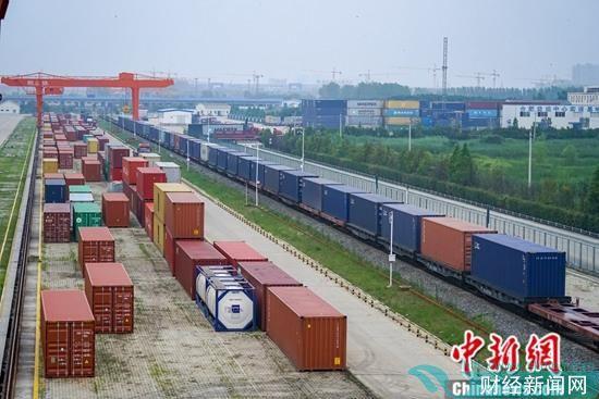 资料图为中国铁路上海局合肥货运中心整装待发的中欧班列。中新社发 吕晋 摄