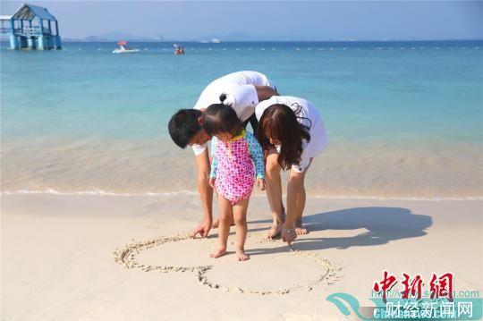 游客在三亚海边玩乐。 景区供图 摄