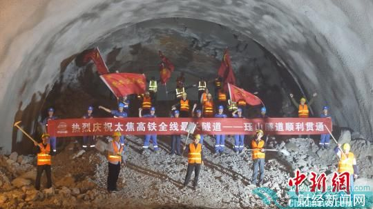 图为,珏山隧道贯通后建设者合影 谢万明 摄