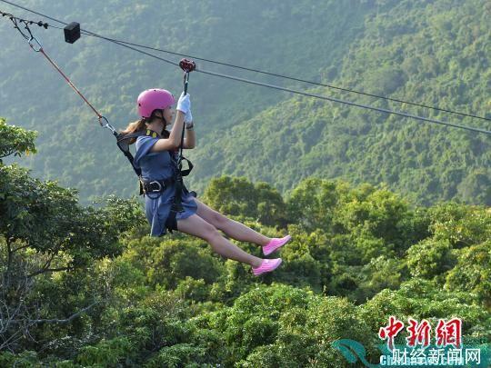 国庆长假期间,游客畅游亚龙湾热带天堂森林旅游区。 黄庆优 摄