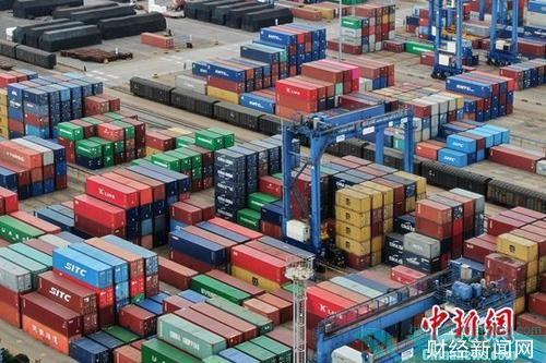 1月14日,中国海关总署发布的数据显示,据海关统计,2018年,中国外贸进出口总值30.51万亿元人民币,比2017年增长9.7%。图为航拍江苏连云港一处集装箱货运码头。(资料图片)中新社记者 泱波 摄