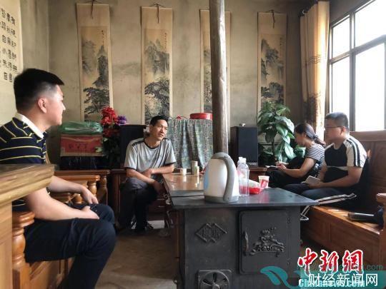 南宏斌在新居里接受媒体采访。 廖玲 摄