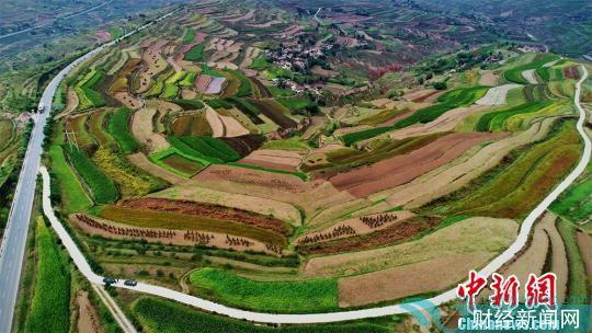 """图为定西市安定区经过多年水土流失治理后,沟壑间""""披绿覆土""""。(资料图) 李昊 摄"""