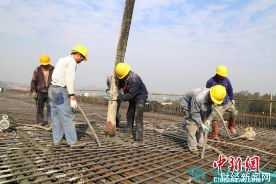 中铁二十五局施工人员浇筑混凝土 黄诗伟 摄