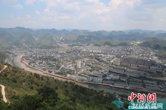 图为俯瞰贵州遵义茅台镇。 瞿宏伦 摄