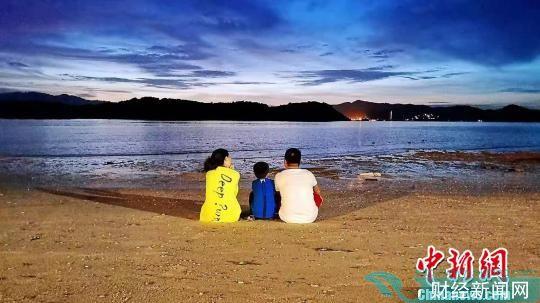 亲子家庭在游客在泰国普吉岛避暑游。游客供图