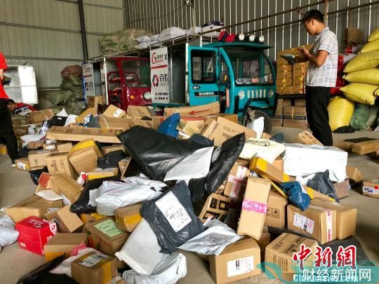 打包待寄的通渭农副产品。 王祖敏 摄
