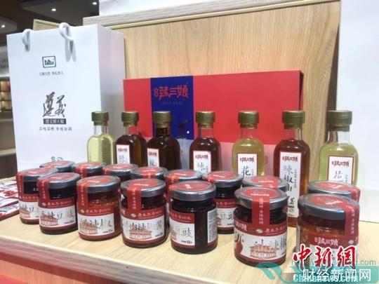 图为企业特色旅游产品展示中心展示的辣椒产品。 冷桂玉 摄