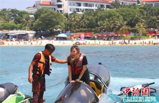 三亚蜈支洲岛,涉海产品受到游客青睐。 景区供图 摄