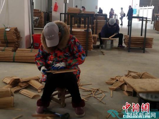 """""""竹器小镇""""羊楼司镇民众制作竹器产品。 张璇 摄"""