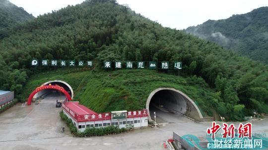 惠清高速南昆山特长隧道贯通 陆桥轩 摄
