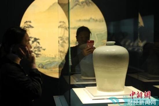 """市民参观""""灼烁重现―十五世纪中期景德镇瓷器大展""""。张亨伟 摄"""