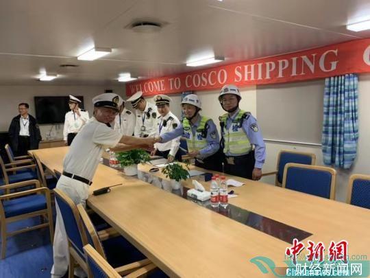 洋山边检、海事、海关联合登临一次性完成船舶、船员、货物的入境通关查验手续。 叶真于 摄